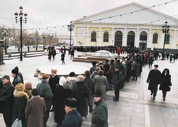 Очередь на выставку Ильи Глазунова в Манеже. Москва