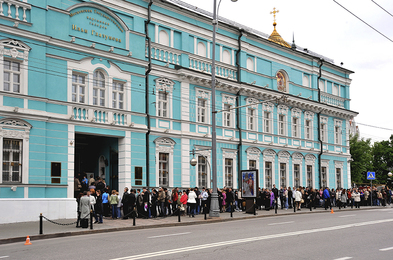 Queue in the Gallery of Ilya Glazunov in Moscow