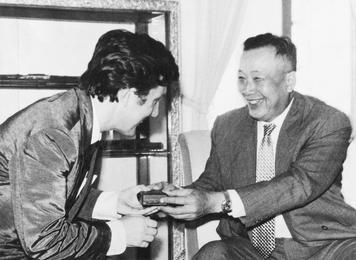 Его Величество король Лаоса награждает Илью Глазунова высшим орденом Королевства Лаос –  орденом Вишну. Лаос