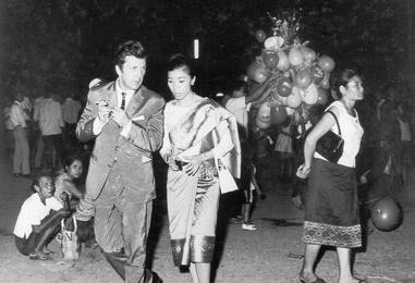 Илья Глазунов с дочерью премьер-министра Лаоса Мун Суванна Фумой. Вьентьян
